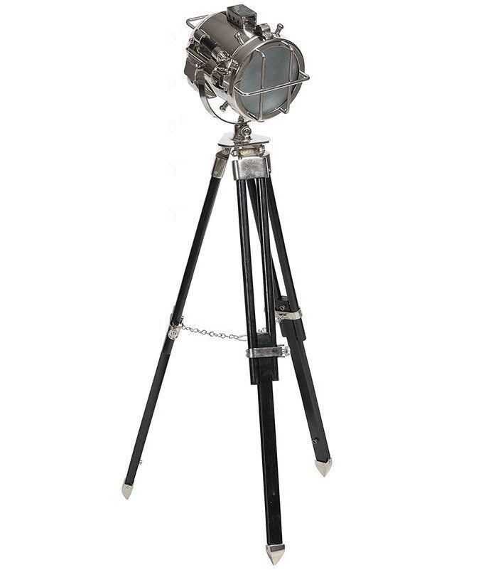 Reflektor firmy Belldeco, który słuzyć może jako lampa stojąca o kierunkowym źródle światła. Stojak składa się z trzech nóg, których rozstaw może być łatwo regulowany. Obudowa wykonana z metalu nawiązywać może zarówno do stylu nowoczesnego wnętrza, jak również do starszych stylizacji. Świetnie wkomponuje się i ozdobi gabinet, czy przestrzenny loft.