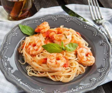Gli spaghetti ai gamberetti e pomodorini sono un primo di pesce semplice e leggero, perfetto anche per chi è a dieta (basta non esagerare con le porzioni).