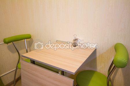 Kleine keukentafel met twee groene stoelen in het interieur — Stockbeeld #80878282