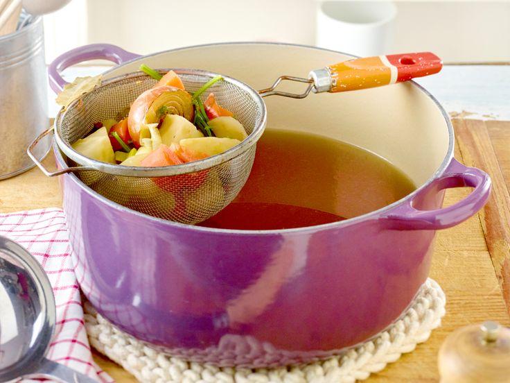 Viel natürlicher und aromatischer: Wir zeigen Schritt für Schritt, wie Sie Gemüsefond selber machen und auf Vorrat lagern können.