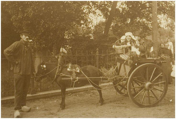 25-jarig regeringsjubileum koningin Wilhelmina te Aarle-Rixtel. V.l.n.r. : Jan Rooyakkers, Anny Fritsen en Frans Albers-Pistorius, 15-09-1923 - 16-09-1923 Auteur: Fotoatelier Prinses