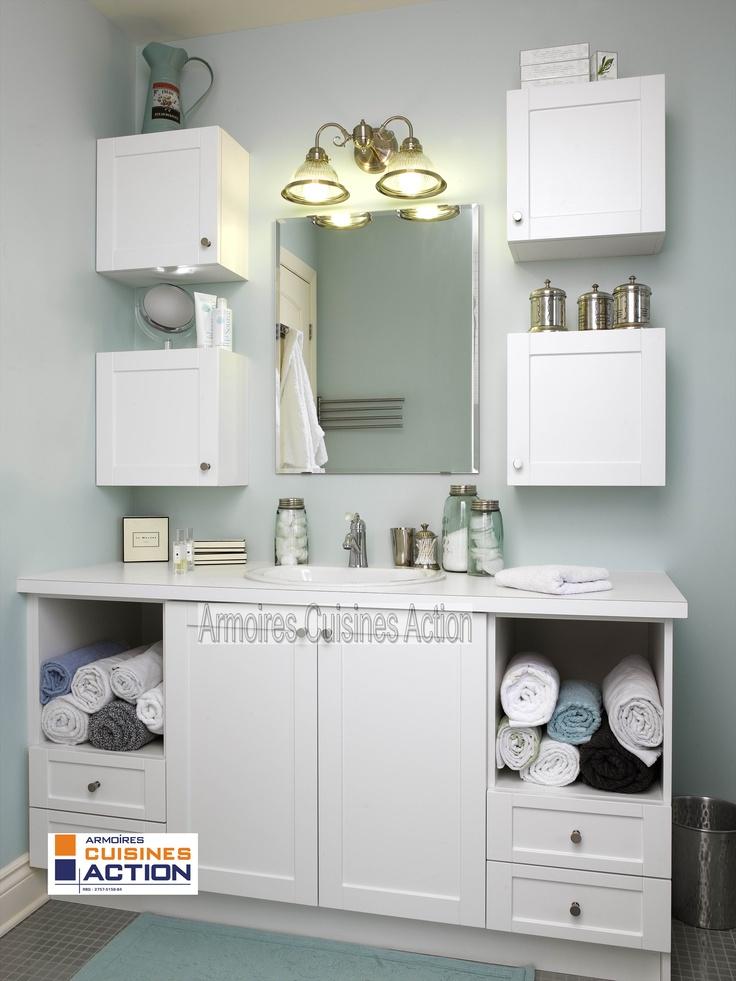 Les garçons ne sont pas en reste... salle de bain blanche en thermoplastique. Les niches pour les serviettes servent à tout bien ranger....
