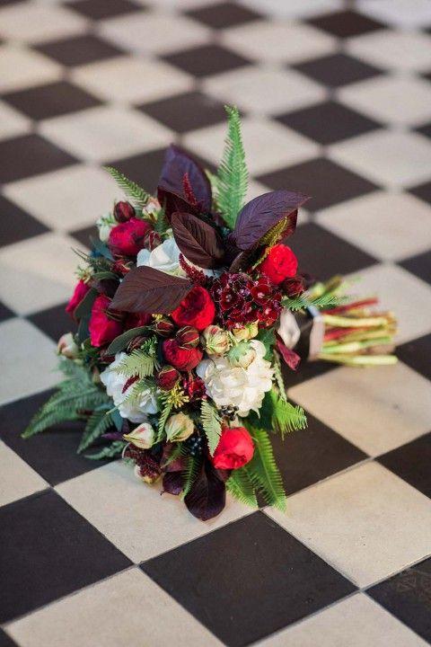 Tiefrote, romantische Brautinspiration in der Berliner Malzfabrik Ashley Ludaescher Photography http://www.hochzeitswahn.de/hochzeitstrends/tiefrote-romantische-brautinspiration-in-der-berliner-malzfabrik/ #wedding #mariage #flowers