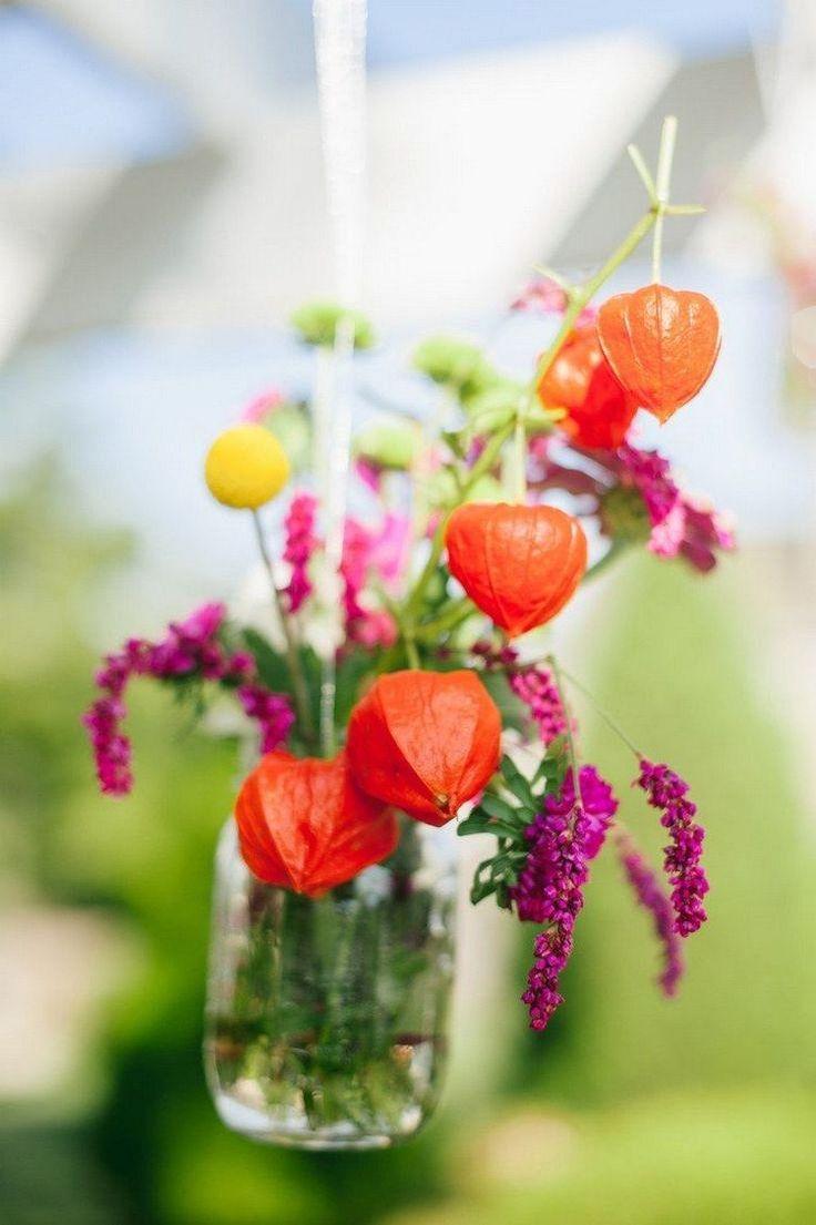 déco automnale naturelle - arrangement de fleurs de physalis, craspédie et fleurs pourpres