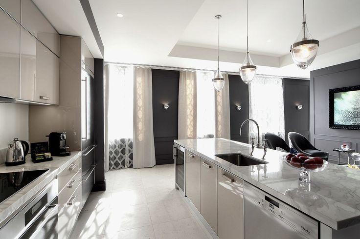 Выбираем тюль на кухню: 50+ эстетических решений для воздушного интерьера http://happymodern.ru/tyul-na-kuxnyu-59-foto-sozdaem-legkij-i-vozdushnyj-interer/ Крупный рисунок тюля и однотонные бежевые шторы