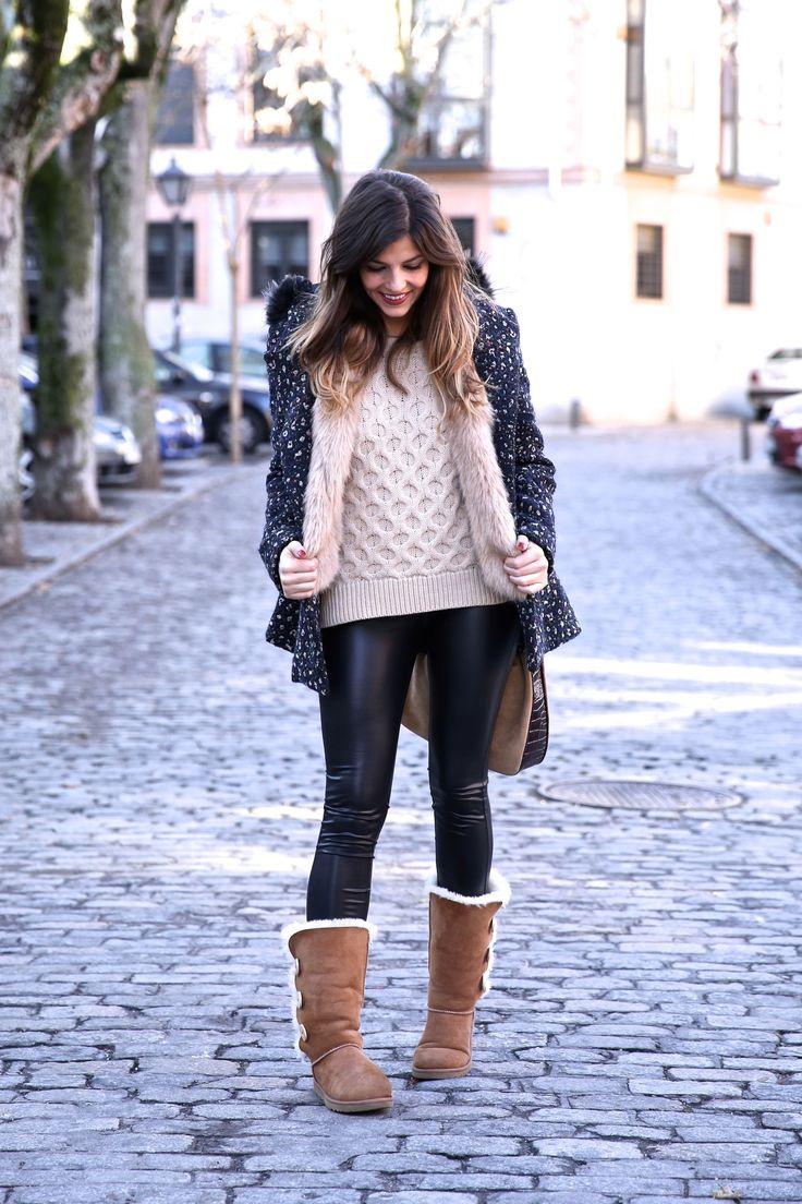 Look invierno con UGG, leggings, abrigo estampado y capucha de plumas