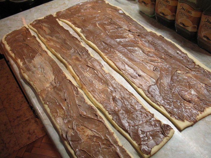 Závitky s vlašskými oříšky a čokoládou zvládne připravit každý. Vynikající kynuté těsto. Po upečení vám garantuji, že na stole vydrží maximálně 15 minut.