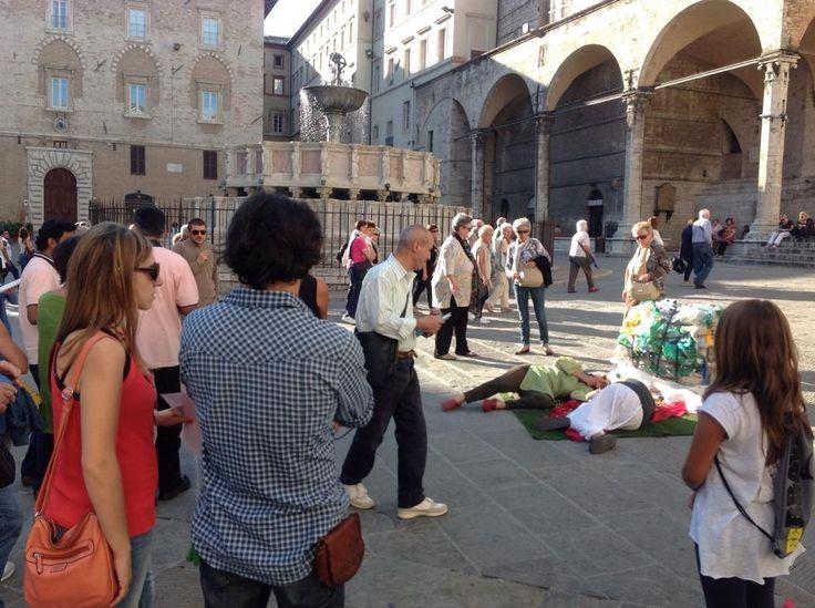"""Plastic Food """"golden age"""" flash mob Festambiente 2014 — presso Piazza IV Novembre."""
