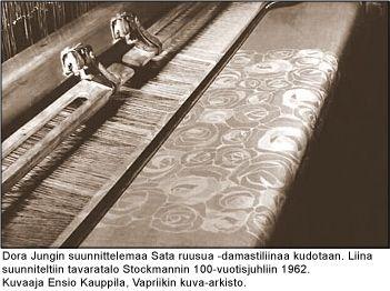 Dora Jungin suunnittelemaa Sata ruusua -damastiliinaa kudotaan. Liina suunniteltiin tavaratalo Stocmannin 100-vuotisjuhliin 1962. Kuvaaja Ensio Kauppila, Vapriikin kuva-arkisto.