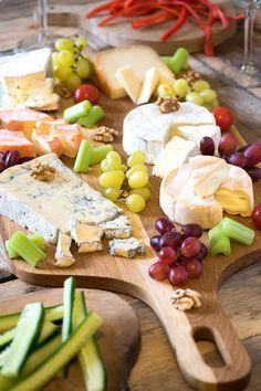 Kaas! Wij zijn er dol op om verschillende redenen. Ten eerste vinden we kaas een mooi en natuurlijk product. Het bevat belangrijke verzadigde vetten, vitamines, mineralen en tot slot, een enorme hoeveelheid eiwitten. Bovendien is kaas rijk aan vitamine B12, waar mensen in Nederland regelmatig een tekort aan hebben. Maar, niet te hard juichen en alleen...Lees verder