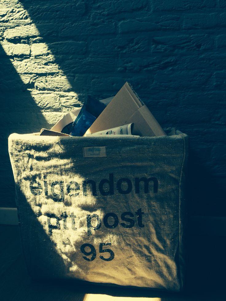 Oud papierbak van oude postzakken. Voor meer informatie kunt u terecht op www.mefrouw.nl