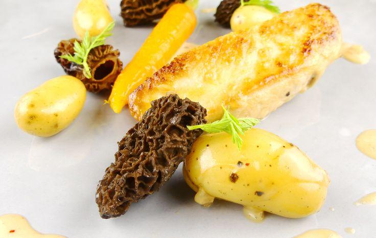 Recette de poulet au vin jaune et aux morilles, accompagné de carottes et de pommes de terre nouvelles. Idéal en plat principal, facile à réaliser.