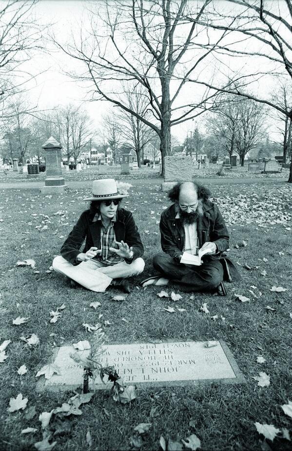 Bob Dylan e il poeta beat Allen Ginsberg seduti davanti alla tomba di Jack Kerouac nel 1975