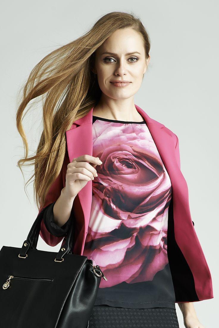 Kwiatowe wzory to wybór nie tylko na wiosnę i lato - róża nadrukowana na klasyczną bluzkę ożywi biurowy strój i doda energii w szary dzień.  #QSQ #fashion #inspirations #outfit #ootd #look #fall #autumn #pink #fuchsia #magenta #rose #casual #work #elegance #formal #formalwear #shirt #minimal #feminine #jacket #print #pattern