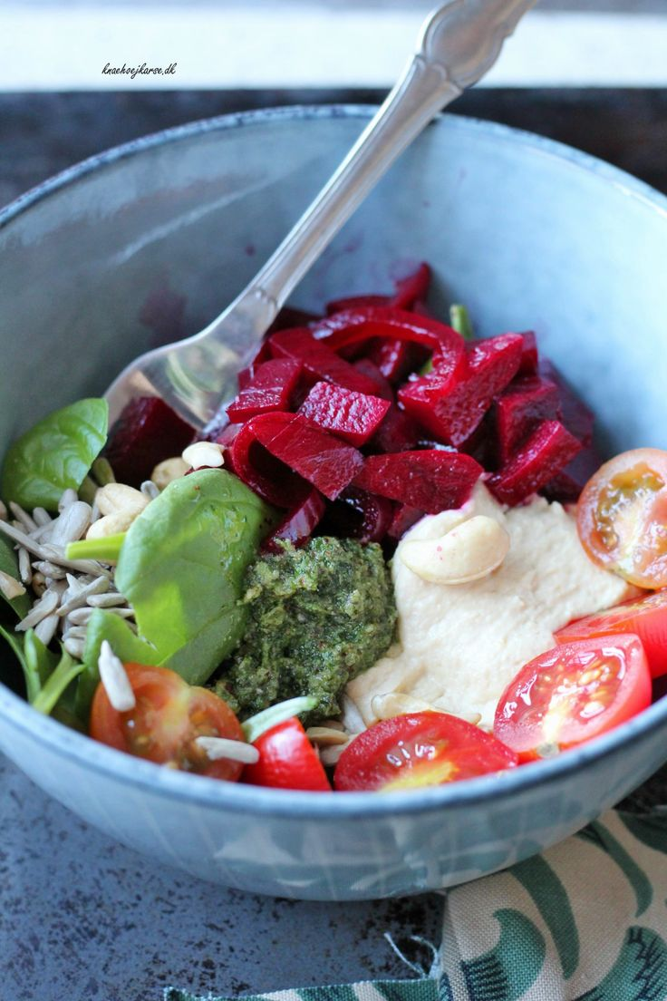 Roots salat med rødbede, pesto og hummus