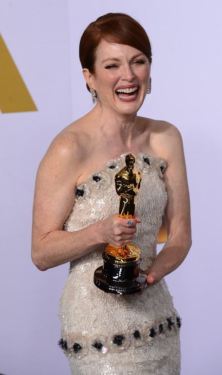 "Description of . Julianne Moore poses backstage with the Oscar for best Actress in a Leading Role for ""Still Alice"" at the 87th Academy Awards on Sunday, Feb. 22, 2015. (Photo by David Crane / Los Angeles Daily News)"
