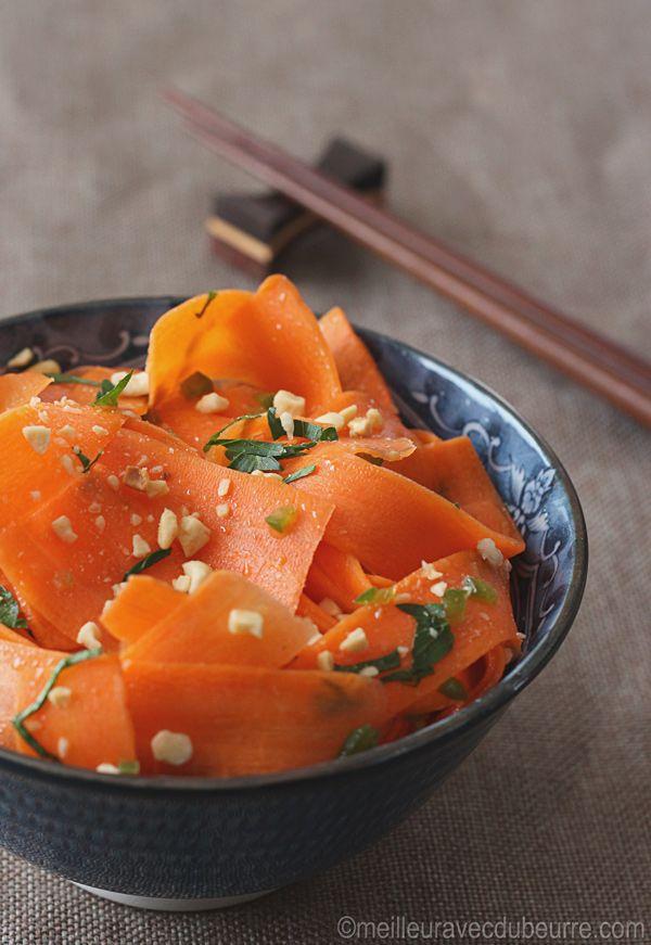 Cette salade de carottes à l'asiatique est constituée de tous les ingrédients de la sauce à rouleaux impériaux, mais dans des proportions différentes.