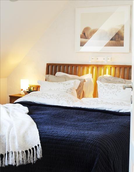 Sängavel i ek och nattduksbord, från EM. Lakan från Mimou och sammetsöverkast, Norrgavel.