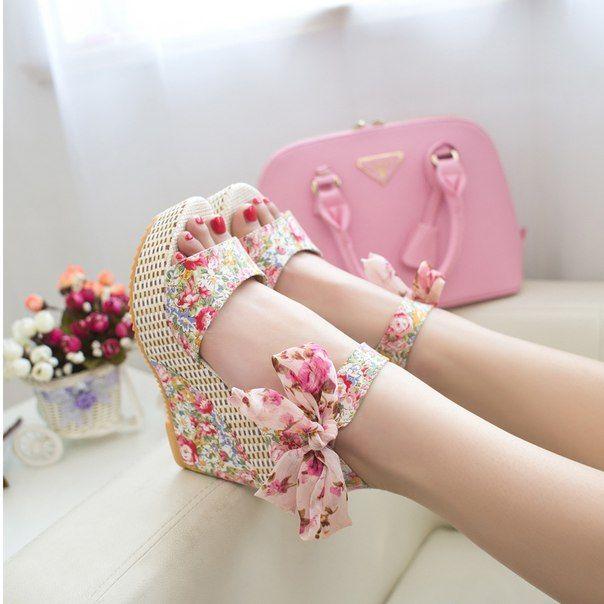 #shoes #обувь #модно #босоножки Женские босоножки на танкетке, из текстиля с цветочным принтом Где купить: http://ali.pub/y6drs