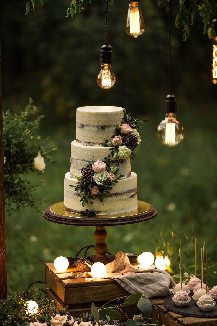 Свадебный многоярусный чизкейк. В качестве декора используются живые цветы  Автор instagram.com/cheesecake_krsk