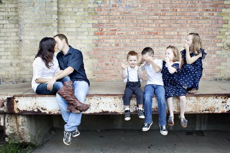 cool family photo poses | Unique family portrait. Kids are shocked by the kisses ;) http://www ...