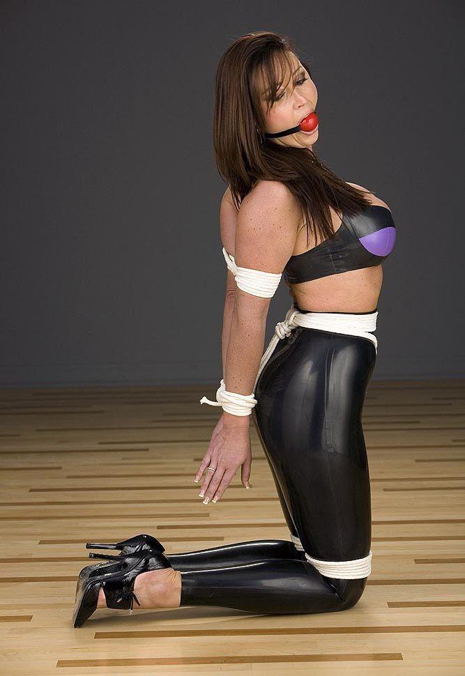 Taylor vixen strips off her black lingerie