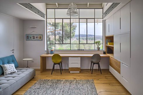 חדר המשפחה שבקומה העליונה. הארון שמימין מפריד בינו לבין החדר של הבנות (צילום :עוזי פורת)
