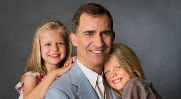 Casa Real Española difunde fotos del futuro Rey y sus hijas... ¿Y dónde está Letizia?   Pulzo.com http://www.pulzo.com/estilo/157721-casa-real-espanola-difunde-fotos-del-futuro-rey-y-sus-hijas-y-donde-esta-letizia