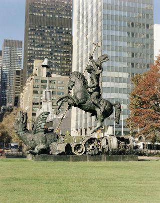 La sculpture « le bien gagne contre le mal » a été présentée aux Nations Unies par l'#UnionSoviétique à l'occasion du 45e anniversaire de l'Organisation. Elle représente Saint-Georges terrassant le dragon, est créée de fragments de missiles nucléaires SS-20 soviétiques et Pershing II des États-Unis. L'artiste géorgien Zurab Tsereteli a créé la sculpture pour commémorer le démantèlement des missiles (Traité FNI) signé le 6 décembre 1987 par les présidents Ronald Reagan et Mikhaïl Gorbatchev.
