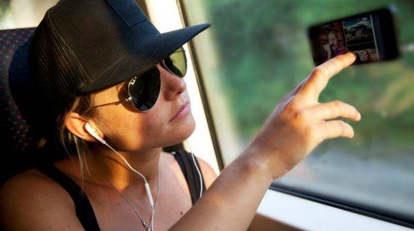 """Goo.ey, la cover per usare lo smartphone senza mani http://www.sapereweb.it/goo-ey-la-cover-per-usare-lo-smartphone-senza-mani/         FULLSCREEN     Goo.ey Come appendere la tv sul muro di casa…ma in treno     Goo.ey A renderlo adesivo è una resina epossidica poliuretanica con adesivo 3MTM, sensibile al contatto con il laminato     Goo.ey """"Siamo sul mercato dalla primavera di quest'anno e..."""