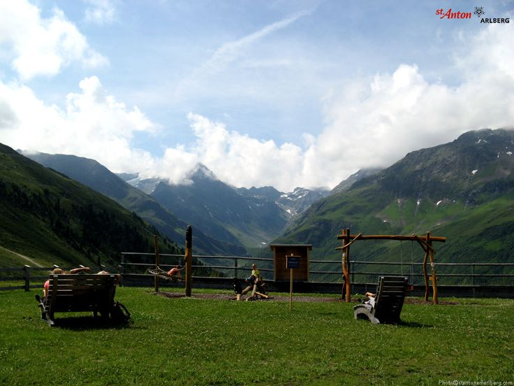 Spielen mit Aussicht! Der Kinderspielplatz bei der Bergstation der Rendelbahn in St. Anton am Arlberg bietet einen herrlichen Blick auf die Berge der Verwallgruppe. Tirol | Austria