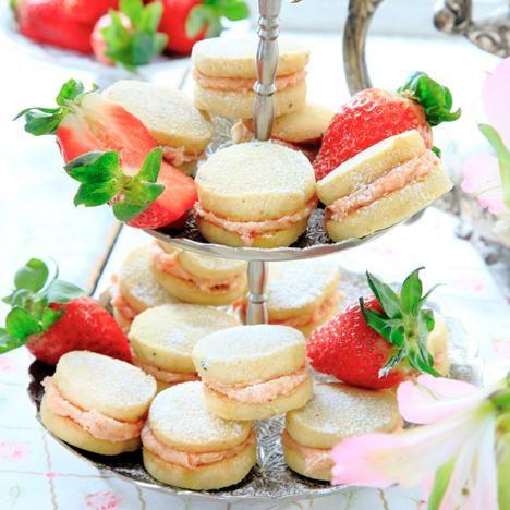 Lyxiga kardemummakakor som fylls med jordgubbssmörkräm.