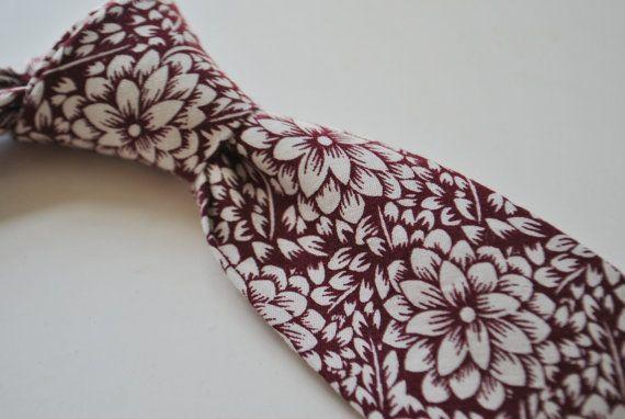 cravate rouge marron avec motif floral blanc par Frederick