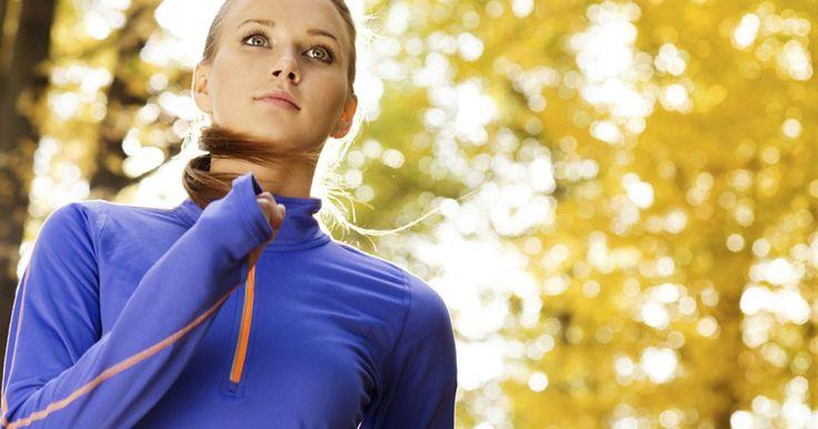 Joggen ist auch im Herbst problemlos möglich. Was es beim Training in der nasskalten Jahreszeit zu beachten gibt, zeigen diese Tipps.
