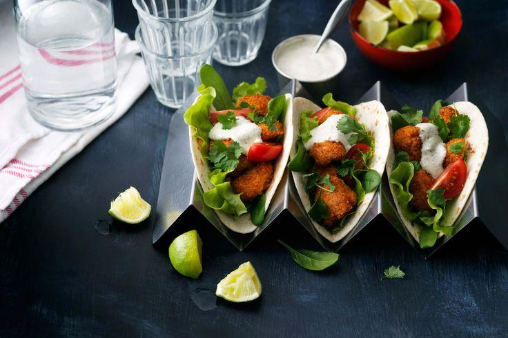 Recept på mjuka tacos med krispig kyckling, sallad och ranchdressing.