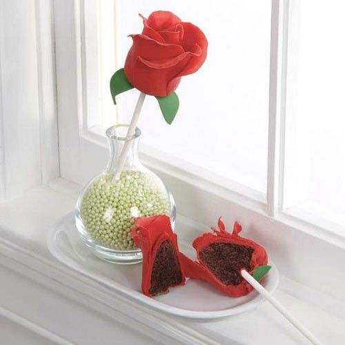 These beautiful rose cake pops are easy to make with the handy instructions in our recipe. First bake the base with the mix for brownies and the brownie pops mold from Wilton. Then make roseleaf's with the FunCakes fondant. At last, carefully shape the leafs around the cake pops.