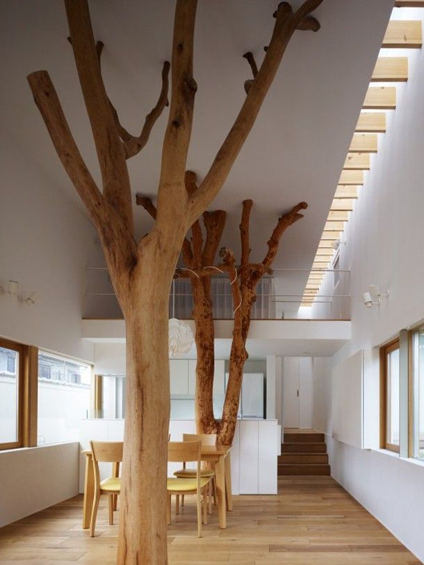 Bijzonder Japans huis met echte bomen als steunpilaren. Bij het interieurontwerp voor Wouter &Tessa heb ik een mooie boomtak geadviseerd om tegen een steunpilaar te plaatsen, ze waren erg enthousiast. Wil je het resultaat zien? lees dan het blog: www.mixinstijl.nl/een-stoer-en-volwassen-interieur-voor-een-jong-gezin/