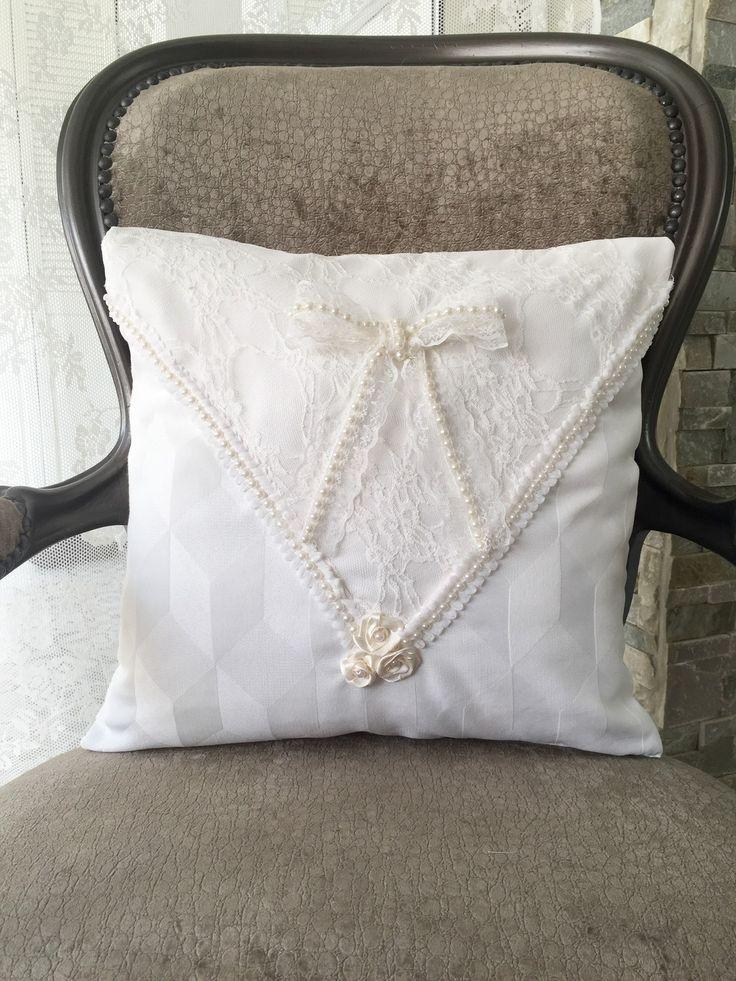 Coussin 40x40 blanc ivoire perles dentelle noeud mariage Shabby Chic : Textiles et tapis par monautrefois
