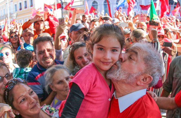 """Ex-presidente Luiz Inácio Lula da Silva criticou o """"desmonte"""" da indústria naval brasileira que ele ajudou a recuperar ainda durante o seu primeiro mandato; """"Pegamos do zero e levamos a quase 80 mil trabalhadores"""", afirmou; """"Provamos que é possível recuperar a indústria naval"""", disse; ele defendeu a manutenção da política de conteúdo local e criticou a mudança de diretriz da Petrobras, que deveria """"continuar a fazer investimento"""