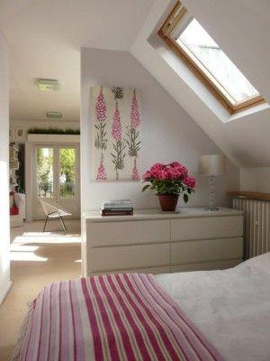 Bed onder de schuine wand met een handige MALM ladenkast van Ikea. Ook leuk aan deze foto is, een hele zolderkamer voor 1 kind, ingedeeld in helft slaapkamer en helft leefruimte, gescheiden door halve muur