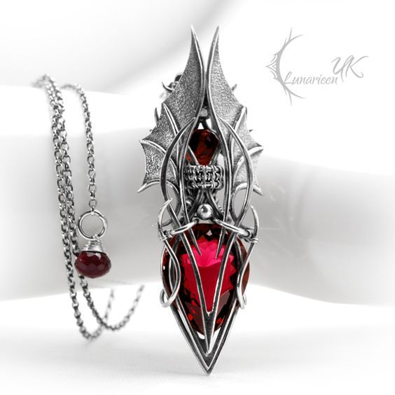 Drageblod: This amulet holds a vial of dragon blood and gives the wearer the str…  – Schmuck