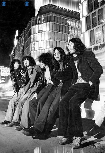 新宿の街角に集まるヒッピー服装の若者たち=1969(昭和44)年12月撮影