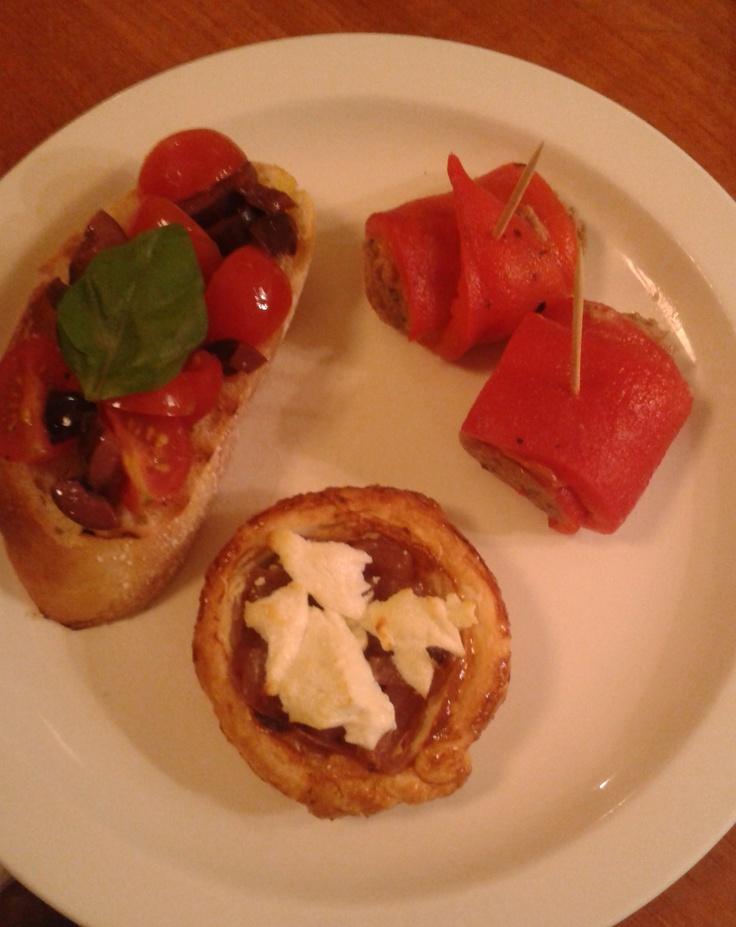 Mmmm antipasti: gegrilde paprika met tonijn, geitenkaas-uientaartje en crostini met olijven-kerstomaten-salsa