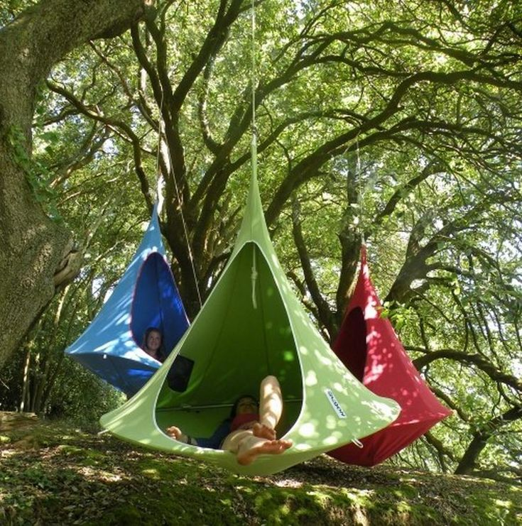 Cacoon hanging tree-house by Hang-in-out, inspired by the weaver bird's hanging nest. The coolest hanging small tent for grown-ups and a fantastic place for kids.Images © Hang-in-outCacoon hanging treehouse is your swing chair,