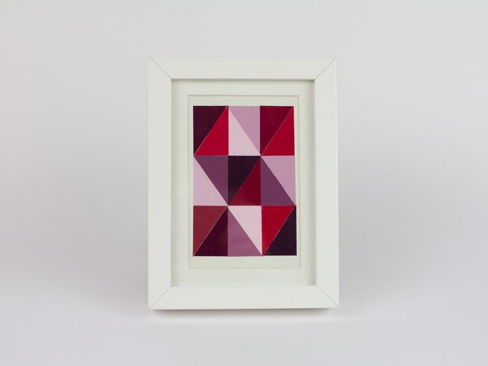 This simple guide by Nora enables you to make your own stylish collage of coloured card in a snap. You can get coloured cards from the hardware store entirely free, and from them you can create a geometric picture composed of many small triangles to beautify your apartment.