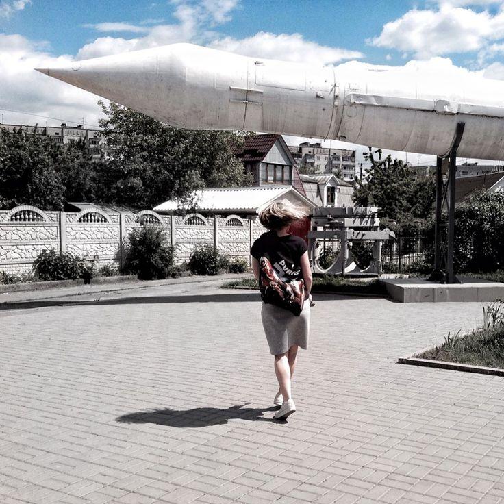 Хочешь в космос 🚀 - приезжай в Житомир!  .  Когда я впервые пришла в музей космонавтики, сразу уселась в кресло невесомости. Да - да! Кресла без ножек, подвешены за спинку, очень комфортные и с наушниками 🎧 в которых звучит космическая музыка 🎵 Здесь классно в жаркий летний день устроить себе лаунж на кресле и послушать музыку, за 20 ua всего лишь.  .  Атмосфера крутая! Это самый тёмный музей в котором я бывала 🌑 Космическая техника 🚀 , одежда космонавтов 👨🏻🚀, еда, планеты, луноход…