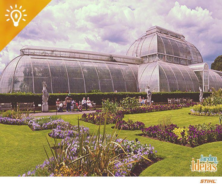 """Esta belezura da foto é parte dos Kew Gardens de Londres, complexo de jardins da """"terra da Rainha"""". Os Reais Jardins Botânicos de Kew constituem mais de 120 hectares e são um dos pontos turísticos mais famosos da Inglaterra. Entre belíssimas flores, arbustos, arvoretas e árvores de inúmeras espécies, o local ainda proporciona formação profissional e científica no segmento de jardinagem e botânica, oferecendo cursos, arquivos e biblioteca para os interessados. 🇬🇧💂"""