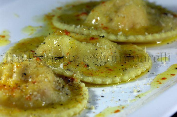 Ravioli ripieni di ricotta, mascarpone e gamberi rossi, con burro allo zafferano e limone e mollica di pane tostata