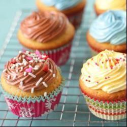 Cupcakes de chocolate e de baunilha numa receita só! São deliciosos e evitam trabalho e louça extra pra lavar...