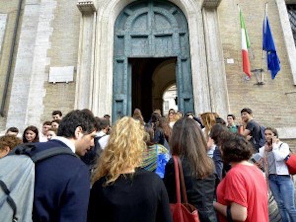 """'POSTA LE MIE FOTO NUDA E MI CHIAMA 'CAGNA"""": LA TREMENDA REAZIONE DEL PAPA' DELLA 16ENNE - http://www.sostenitori.info/posta-le-mie-foto-nuda-mi-chiama-cagna-la-tremenda-reazione-del-papa-della-16enne/279661"""